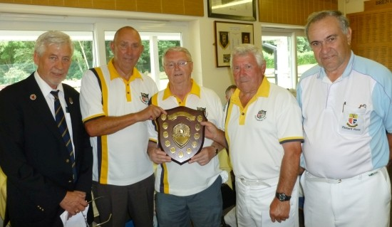 WINNERS: Organiser Fred Wasmuth (left) and Brentwood captain Richard Rose (right) with competition winners South Benfleet.